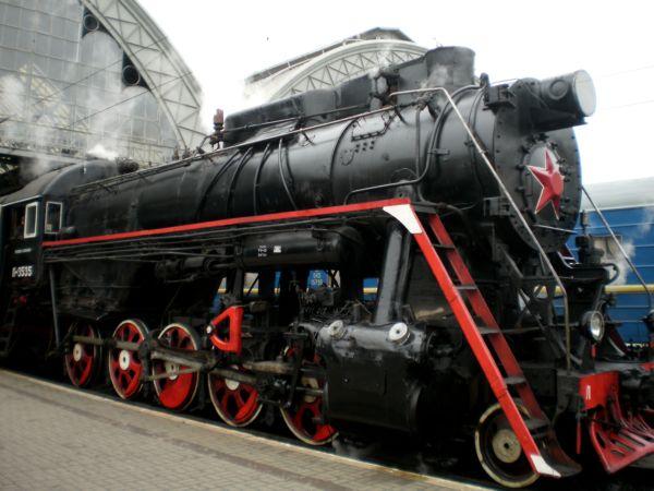 На цій фотографії видно, що повезе поїзд паровоз Л-3535, названий так в честь конструктора Лебедянського.