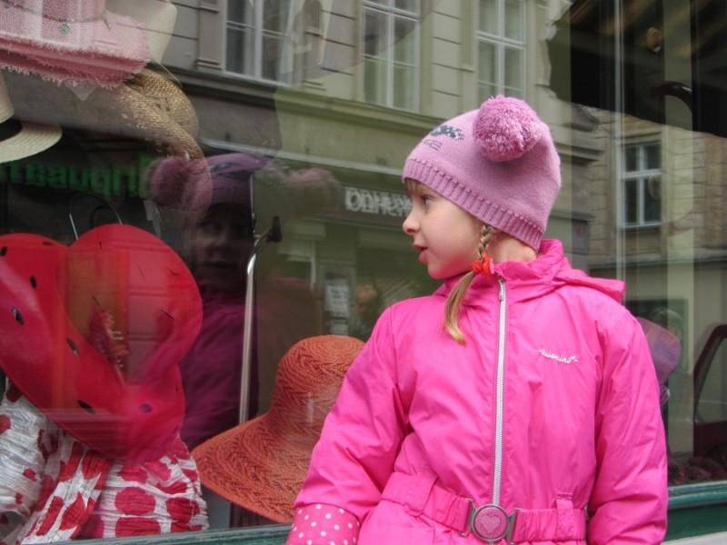 Ідучи вул. Галицькою, увагу Софії привернув магазинчик з капелюшками, які їй дуже сподобались - мамо, купи собі червоний - мабуть він був найефектніший.