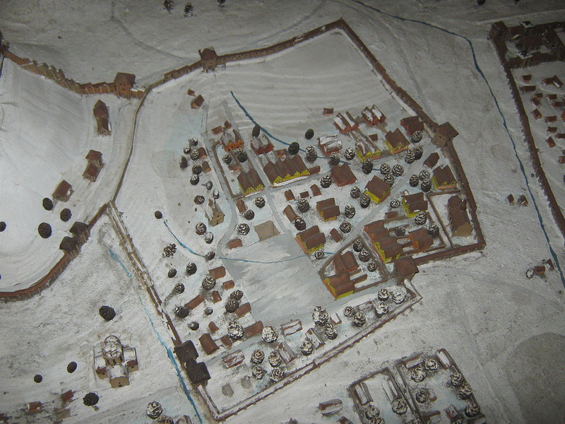 Посередині – то з чого розпочався Львів, площа в центрі – Старий Ринок. Трохи північніше площі вже помітно цей костел