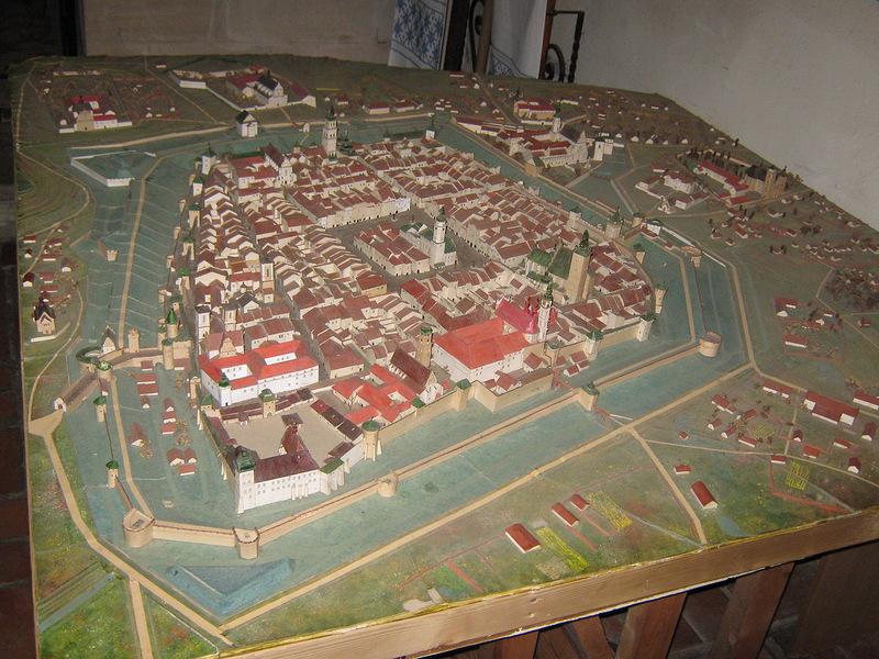 Інший макет показує, які разючі зміни відбулися з містом за п'ять століть. Місто оточили кам'яні мури, піднялися в висоту дзвіниці храмів, виросла загальна висотність будинків