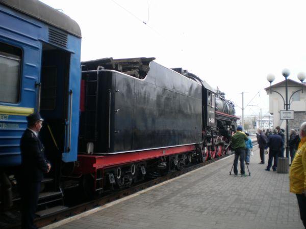 Поїзд чекає на пасажирів.