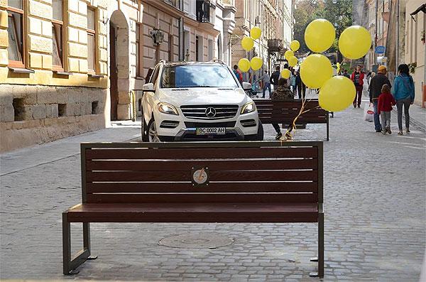 """Припарковані на вузеньких тротуарах джипи - типова картина для львівських вулиць. Фото - з Facebook """"Дайте пройти"""""""