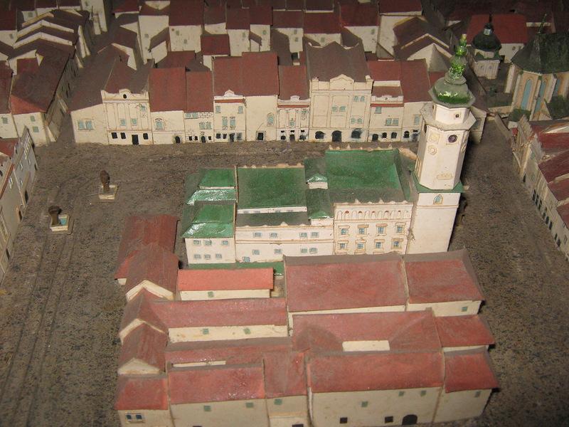На макеті видно ратушу, яка була розібрана в 1826 р.